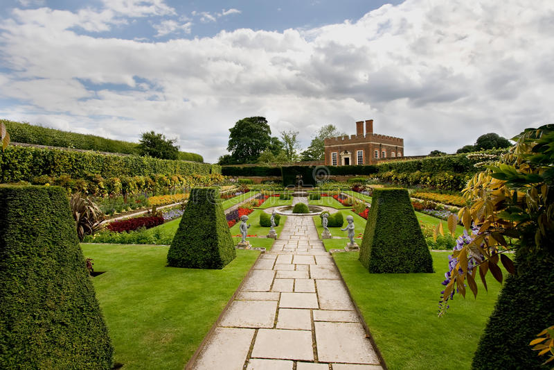 Jardines formales en el Hampton Court foto de archivo
