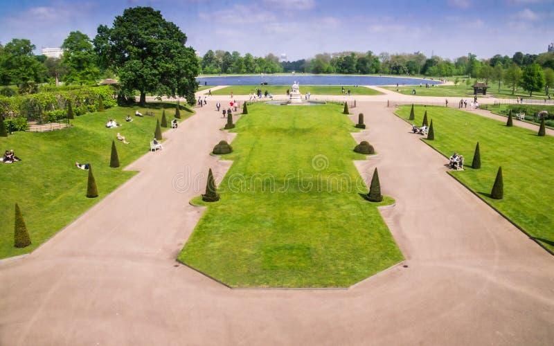 Jardines formales en los argumentos del palacio de Kensington, Londres foto de archivo