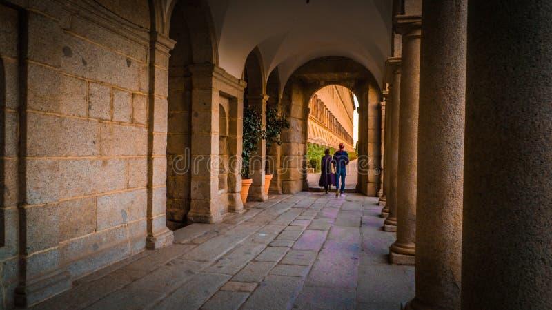Jardines ocultados Frailes en el monasterio y EL real Escorial del lugar en España fotos de archivo