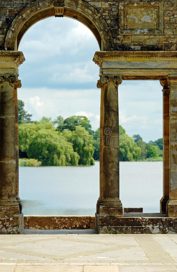 Jardines viejos Hever Inglaterra del castillo de Hever de los arcos imagenes de archivo