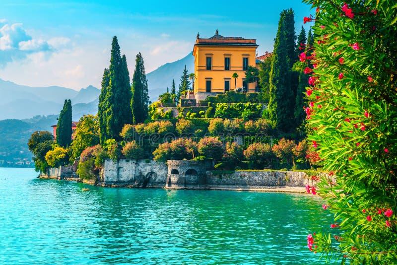 Jardines y chalets pintorescos del día de fiesta con el lago Como, Varenna, Italia foto de archivo