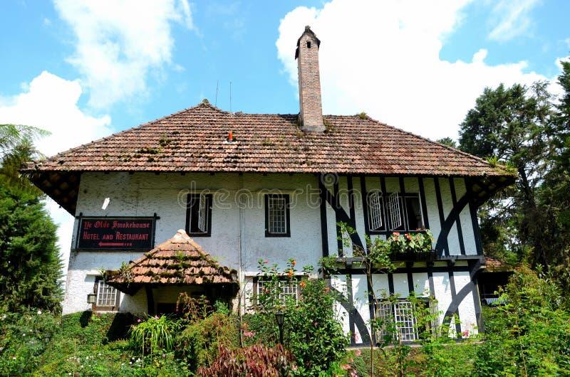 Jardines y de Tudor de la casa de planta baja de la cabaña hotel selecto colonial inglés Cameron Highlands Malaysia ahora fotografía de archivo libre de regalías