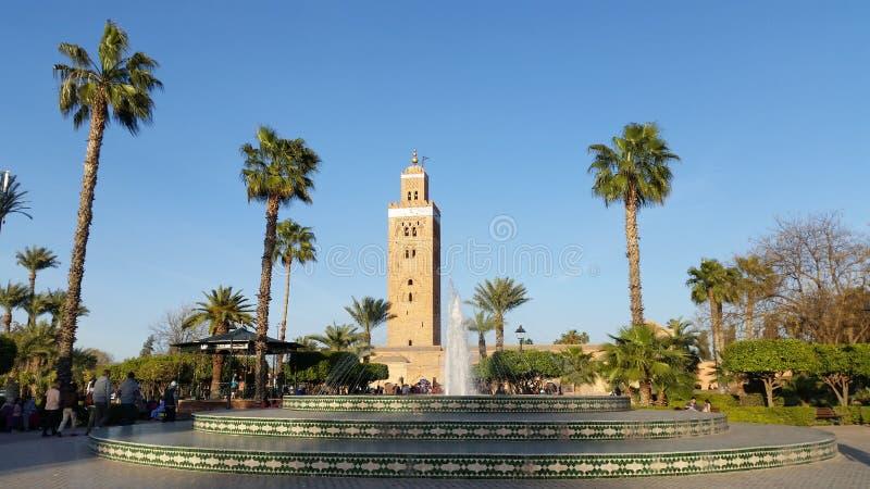 Jardines y la mezquita de Koutoubia imagen de archivo