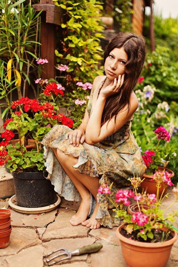 Jardinière de jeune fille photographie stock libre de droits