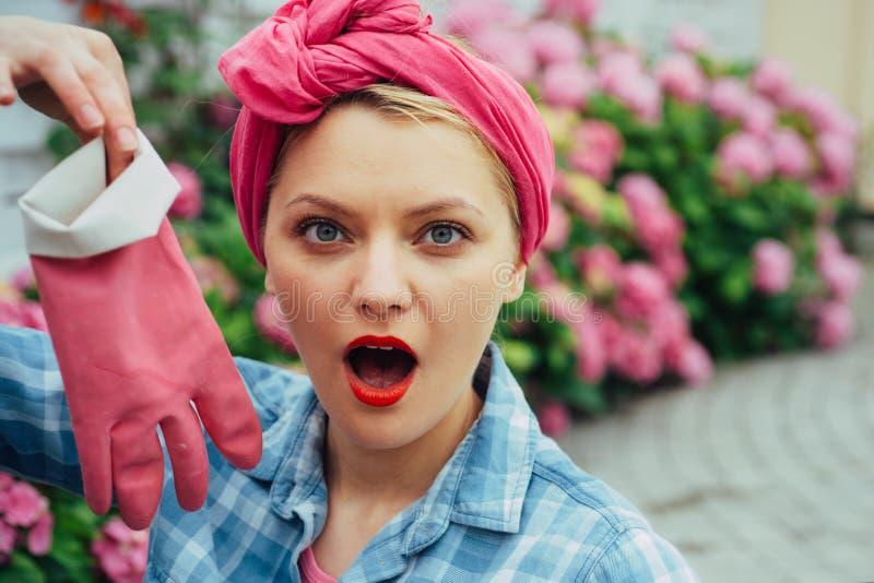 jardinière heureuse de femme avec des fleurs soin de femme des fleurs dans le jardin Soin et arrosage de fleur sols et engrais images libres de droits