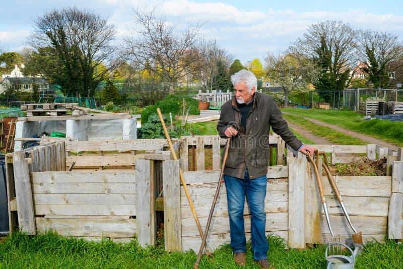 Jardinier Avec Des Outils De Travail ? Un Jardin De La ...