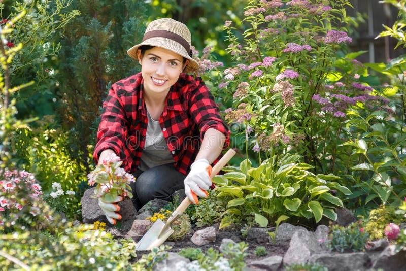 Jardinier de femme plantant des fleurs photographie stock