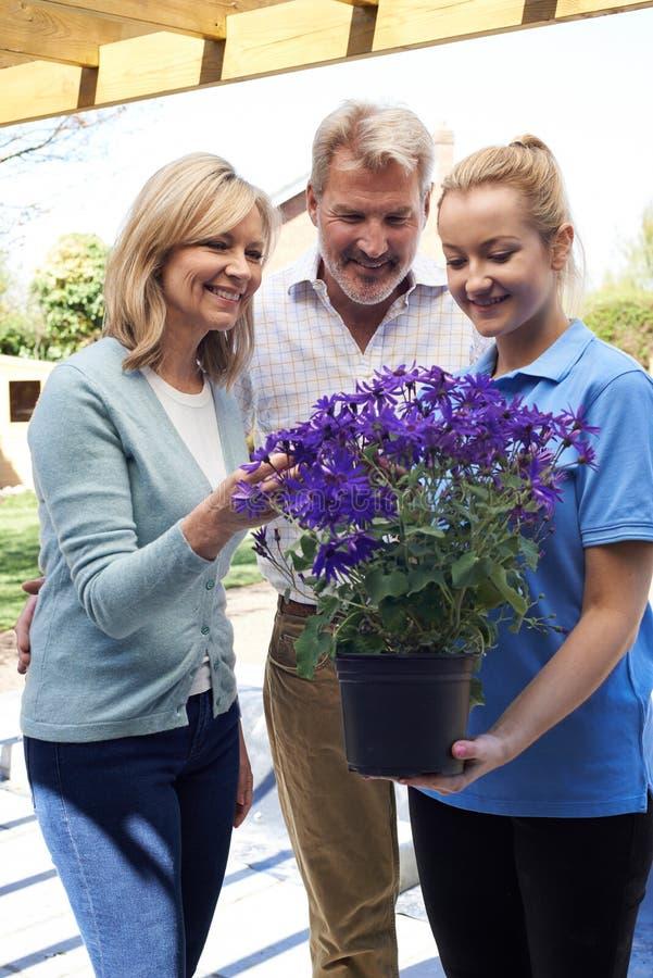 Jardinier de paysage Advising Mature Couple sur des usines de jardin image stock