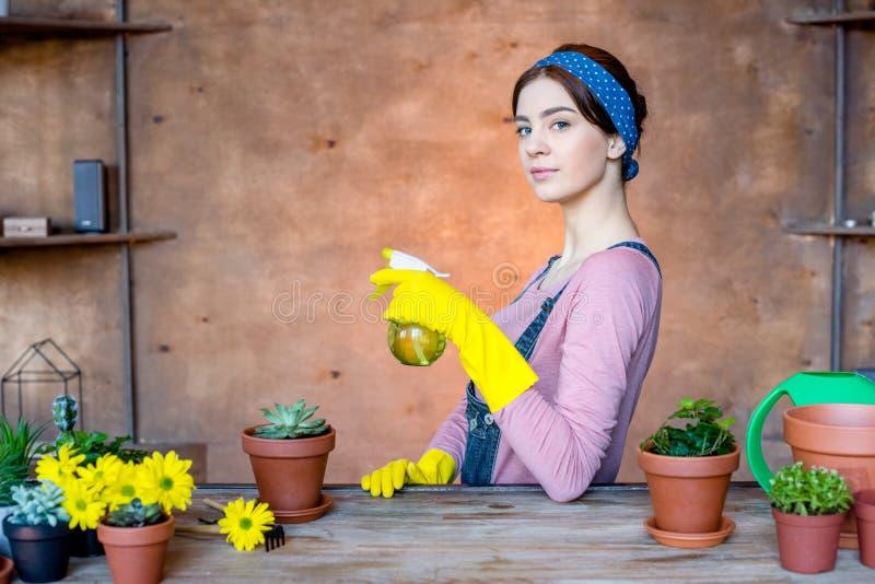 Jardinier féminin avec la bouteille de jet photos libres de droits
