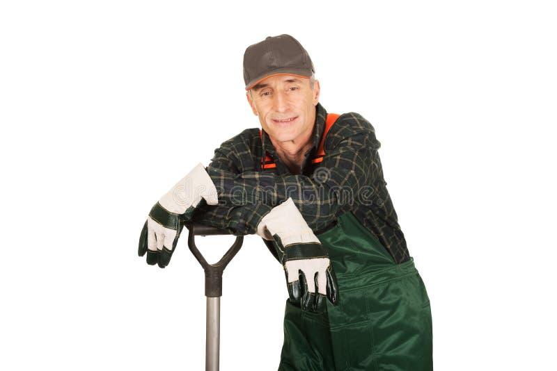 Jardinier mûr avec une pelle photographie stock