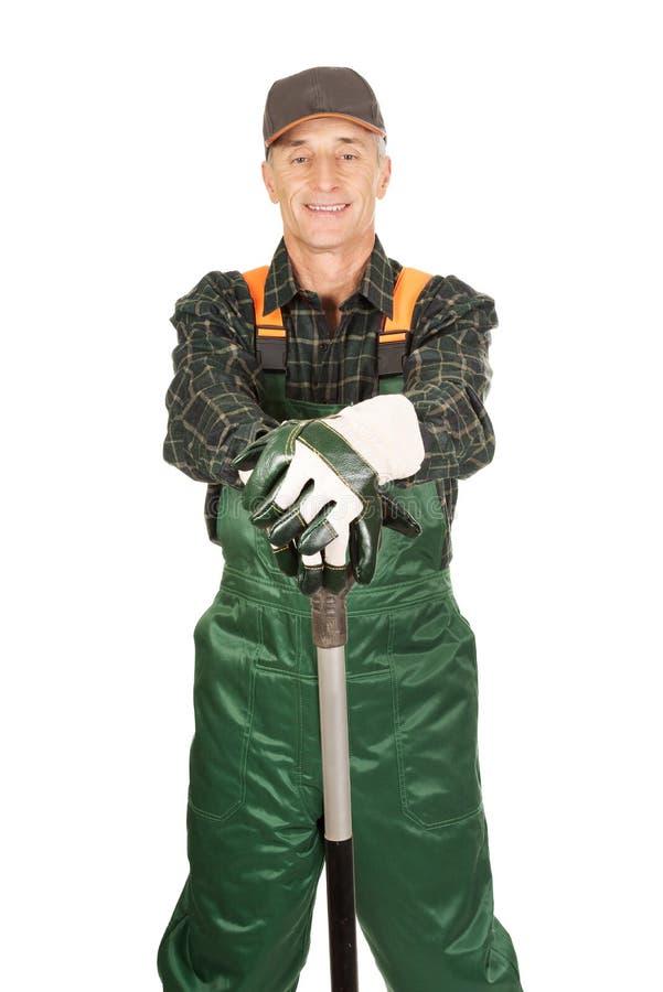 Jardinier mûr avec une pelle image stock