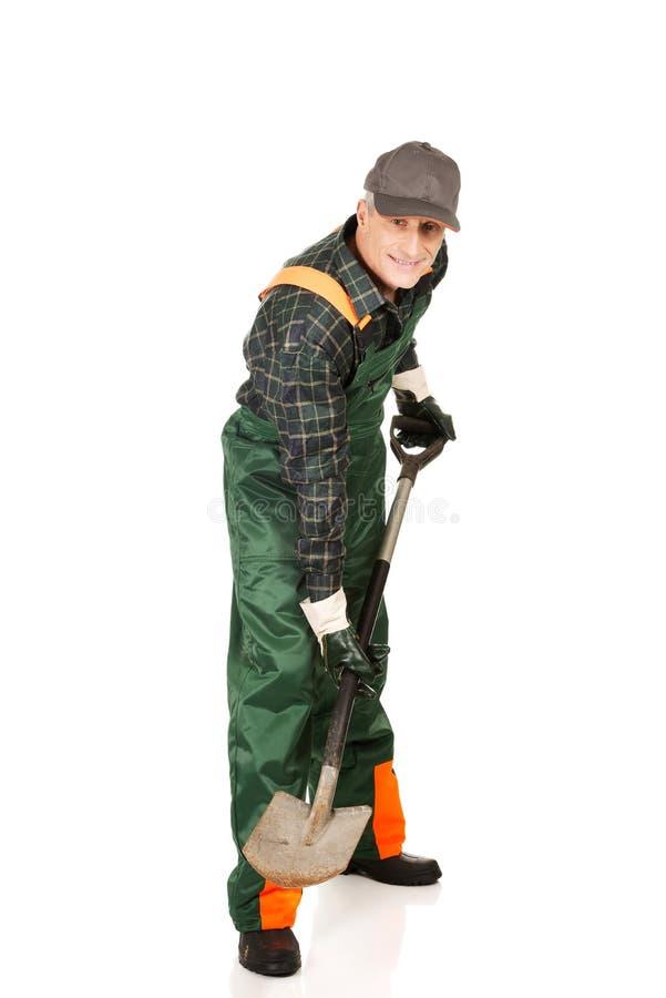 Jardinier mûr avec une pelle photographie stock libre de droits