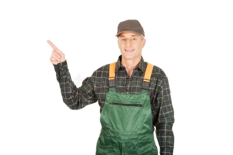 Jardinier mûr dans l'uniforme se dirigeant  photos stock