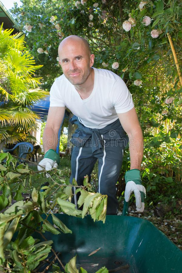 Jardinier masculin dans le travail uniforme photos libres de droits