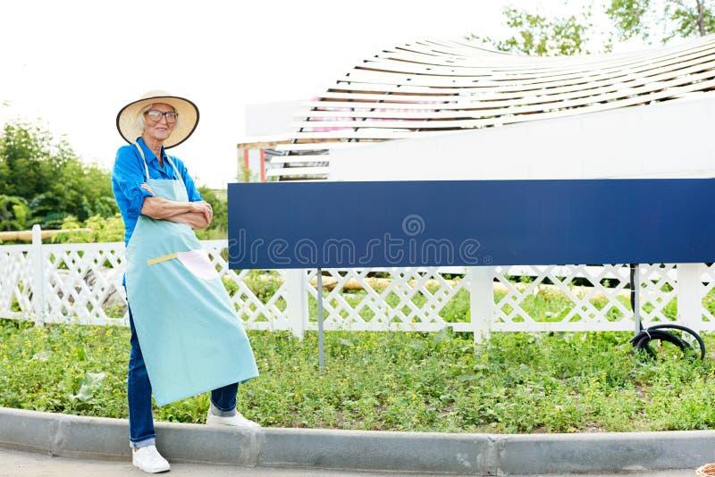 Jardinier supérieur Posing par la plantation image stock
