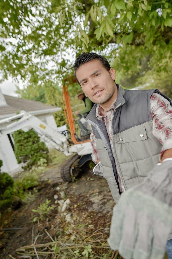 Jardinier travaillant dans l'arrière-cour images libres de droits