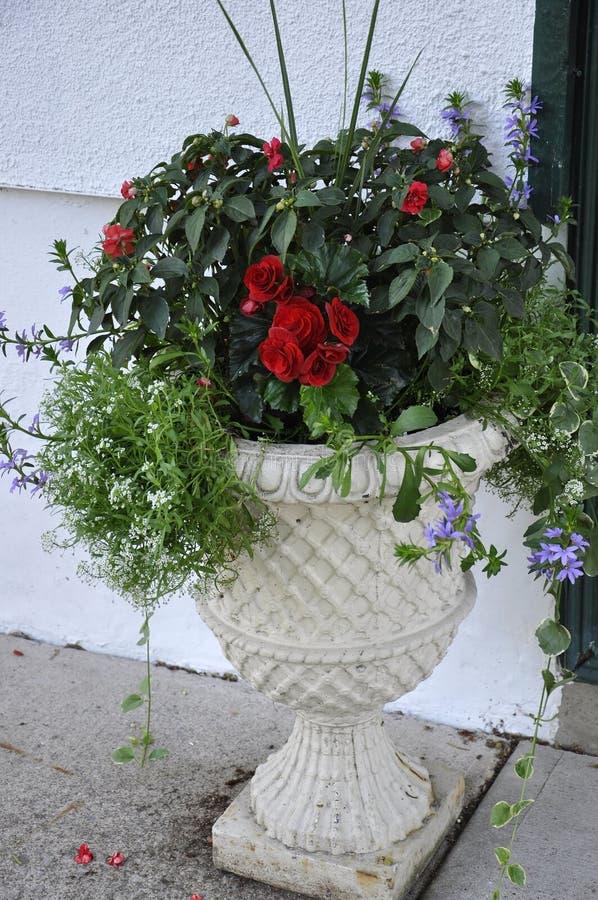 Jardiniere de marbre avec la belle disposition de fleurs du centre ville du Niagara-sur-le-lac dans la province d'Ontario image stock