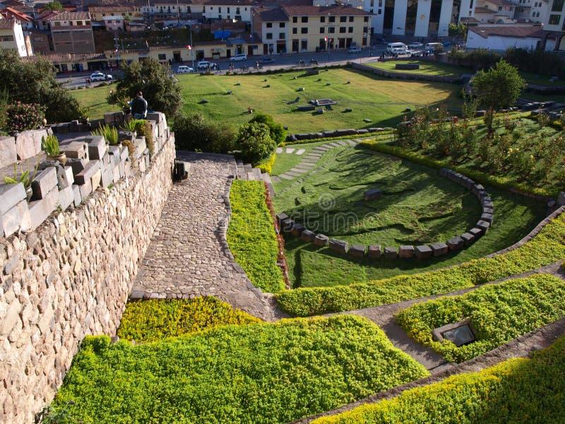 Jardins à l'église de Santo Domingo et du temple de Coricancha dans Cusco péruvien photos libres de droits