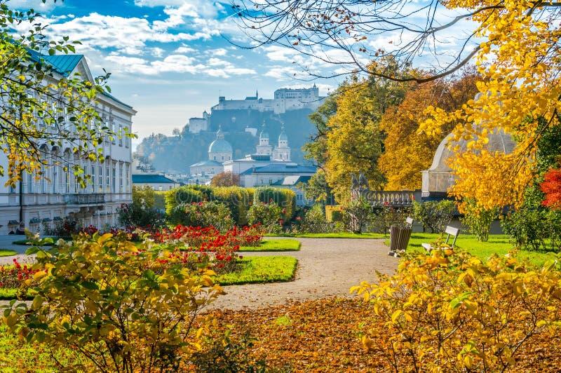 Jardins célèbres de Mirabell avec la forteresse historique à Salzbourg, Autriche photographie stock libre de droits
