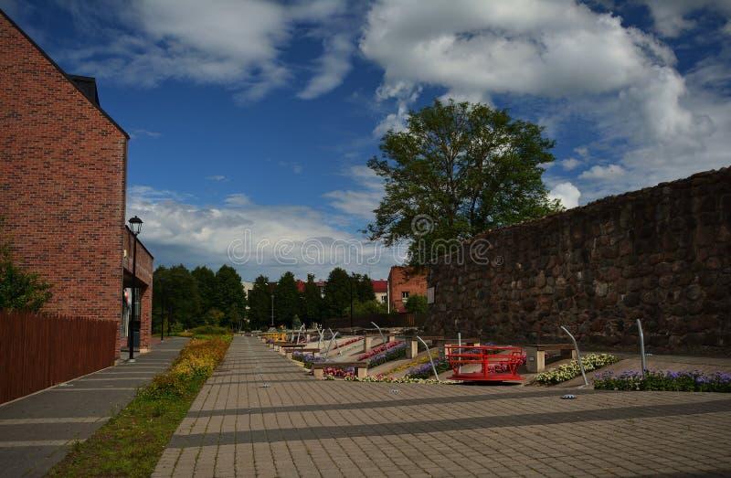 Jardins d'Arkaadia en été Du côté droit mur médiéval reconstitué de ville images libres de droits