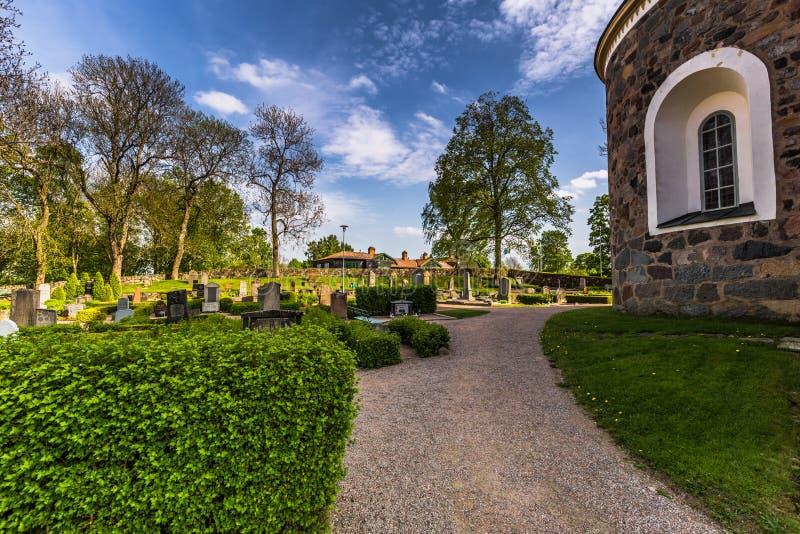 Jardins da igreja em Gamla Upsália, Suécia fotografia de stock