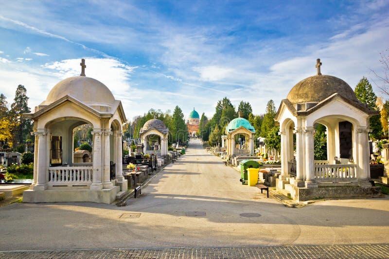 Jardins da passagem do cemitério de Mirogoj de Zagreb fotografia de stock