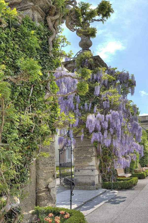 Jardins dans le palais de Mirabell photos libres de droits