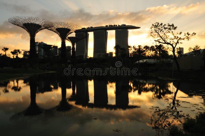 Jardins de coucher du soleil par le compartiment images libres de droits