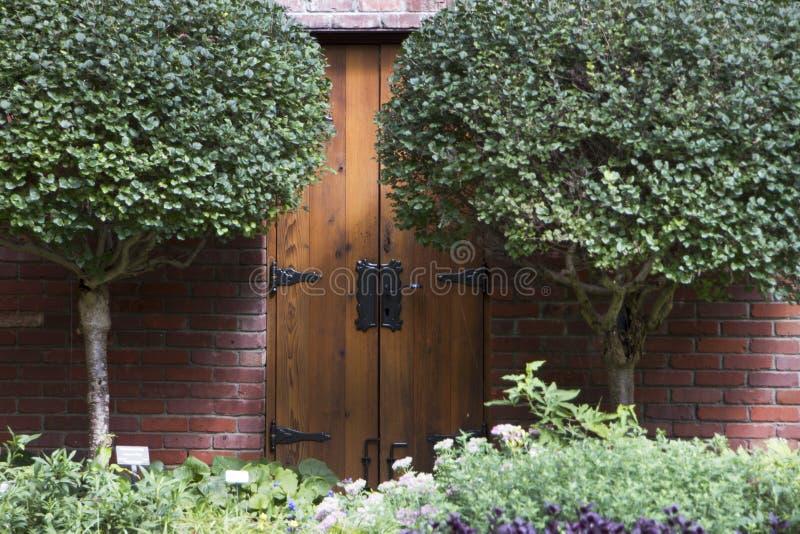 Jardins de Lauritzen, Omaha, Nébraska, porte en bois avec les charnières noires photo stock