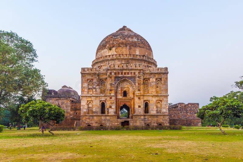 Jardins de Lodi La tombe islamique (Bara Gumbad) a placé à garde aménagé en parc images libres de droits