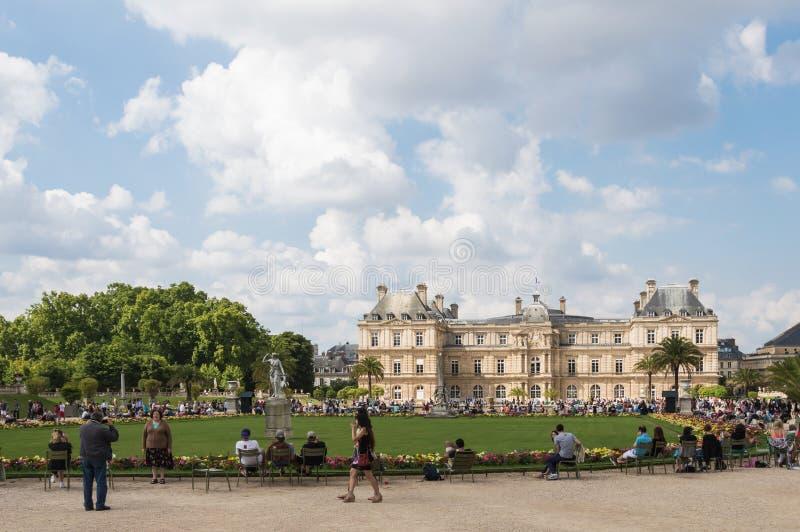 Jardins de Luxemburgo e palácio Paris aglomerada com turistas em um dia de verão nebuloso fotos de stock royalty free
