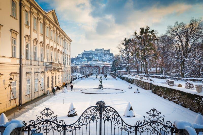 Jardins de Mirabell avec la forteresse de Hohensalzburg en hiver, Salzbourg image libre de droits