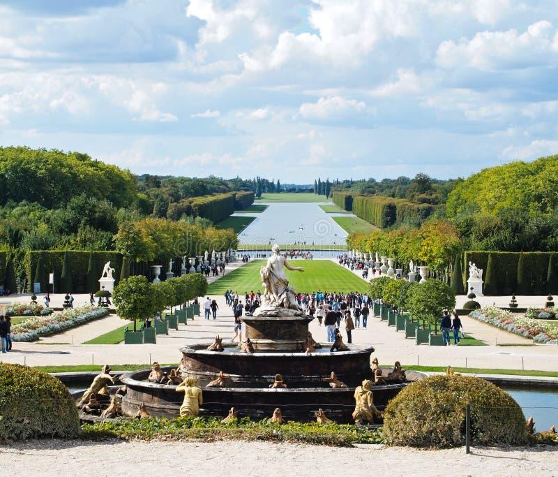 Jardins do castelo de Versalhes com fonte & turistas fotos de stock