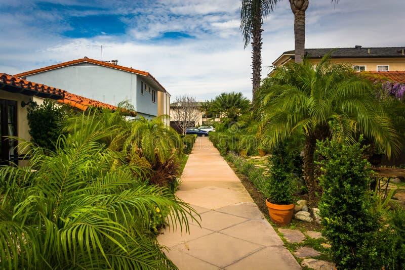 Jardins e casas ao longo da passagem imagem de stock