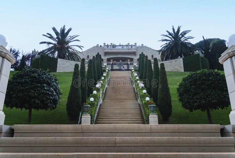 Jardins e templo de Bahai nas inclinações de Carmel Mountain Cidade de Haifa, Israel Ideia inferior da entrada principal ao Bahai fotos de stock