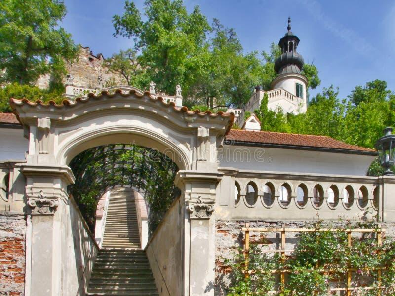 Jardins em terraços abaixo do castelo de Praga foto de stock