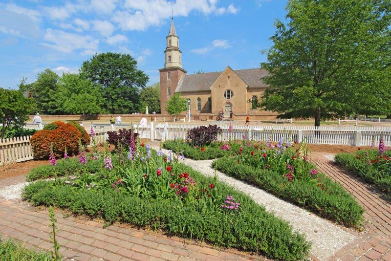 Jardins em Williamsburg colonial na frente de Bruton Parish Churc fotografia de stock royalty free
