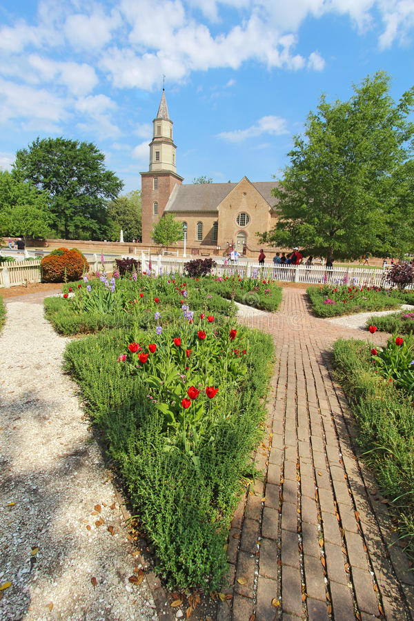 Jardins em Williamsburg colonial na frente de Bruton Parish Churc imagem de stock royalty free