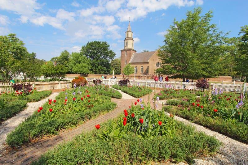 Jardins em Williamsburg colonial na frente de Bruton Parish Churc fotos de stock