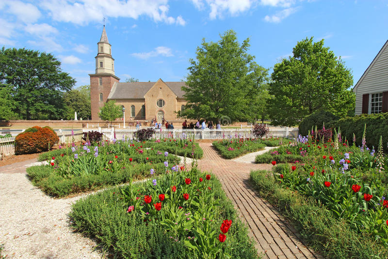 Jardins em Williamsburg colonial na frente de Bruton Parish Churc fotos de stock royalty free