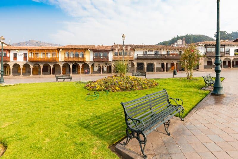 Jardins et bancs dans le défilé Cuzco moulu image libre de droits