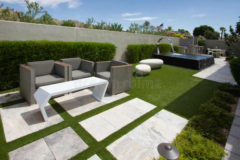 Jardins exteriores da casa luxuosa da mansão fotos de stock