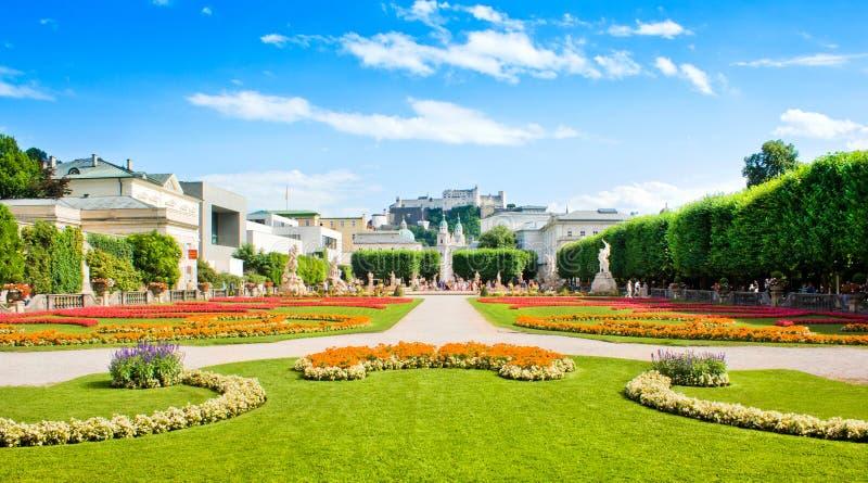 Jardins famosos de Mirabell em Salzburg, Áustria fotos de stock