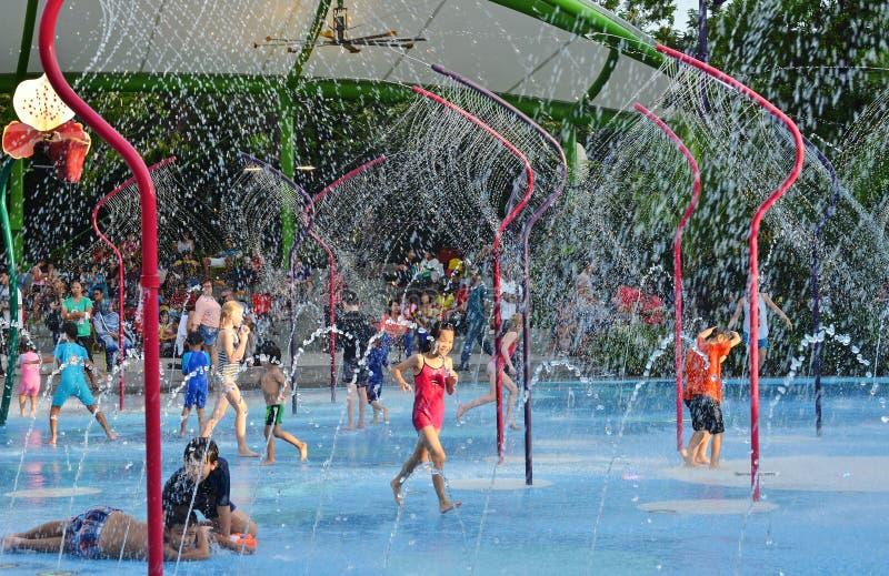 Jardins par le terrain de jeux de parc aquatique de baie photo libre de droits