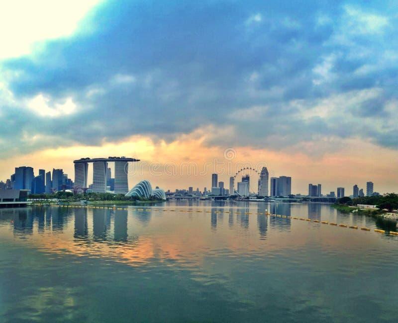 Jardins pela cidade da baía e do Singapura fotos de stock royalty free