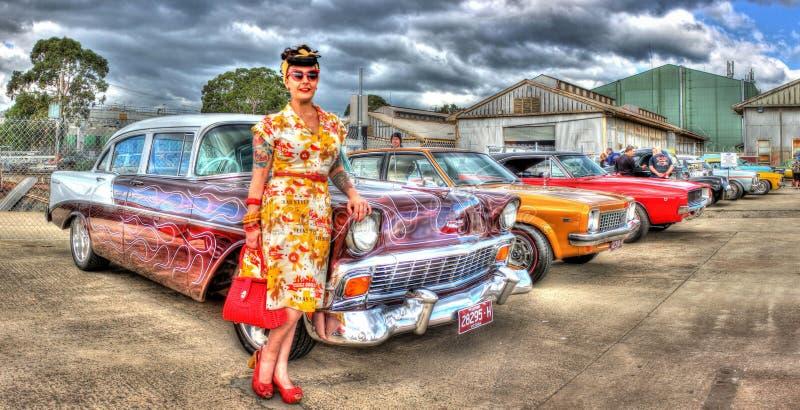 jaren '50 Klassieke Amerikaanse Chevy met dameeigenaar stock afbeelding