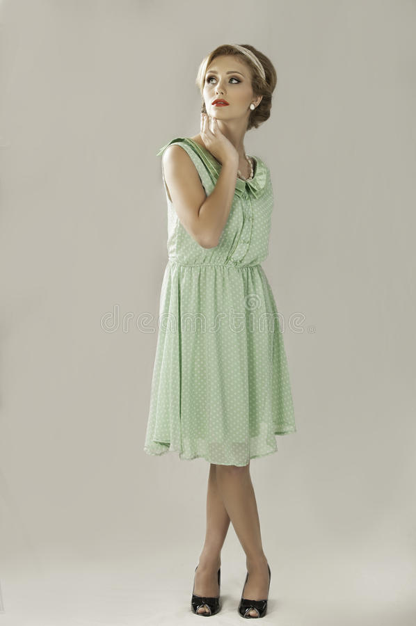 Jaren '50vrouw in groene kleding royalty-vrije stock afbeelding