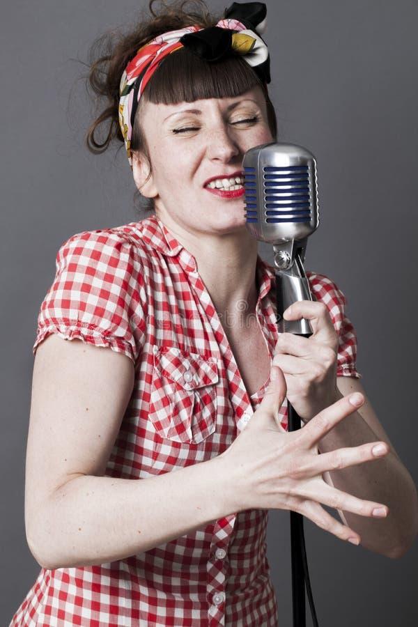 Jaren '50zanger in studio voor jonge vrouw met retro stijl royalty-vrije stock foto