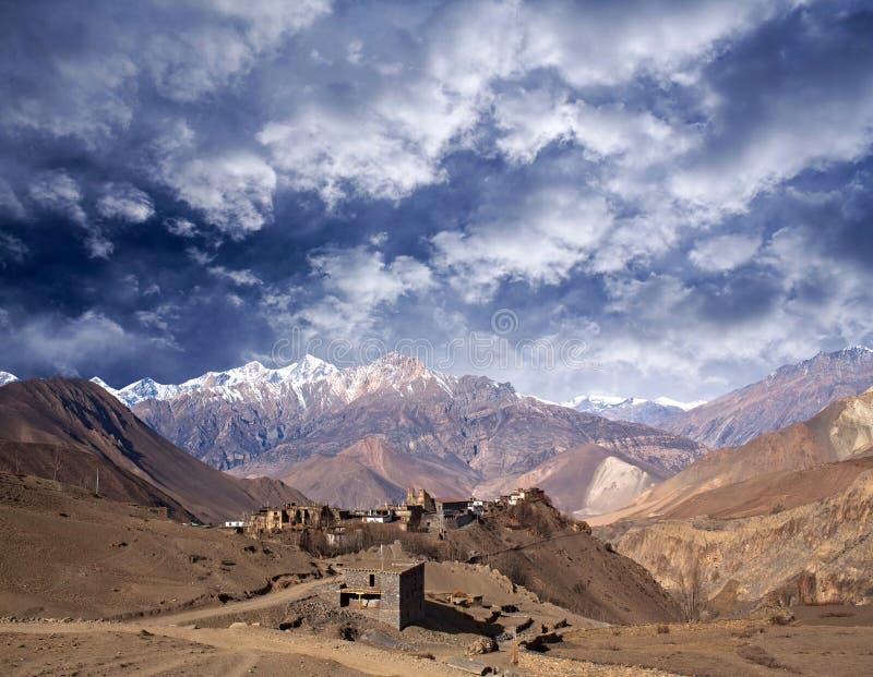 Jarkot-Dorf und Himalaja-Berglandschaft auf Annapurna Circ stockfoto
