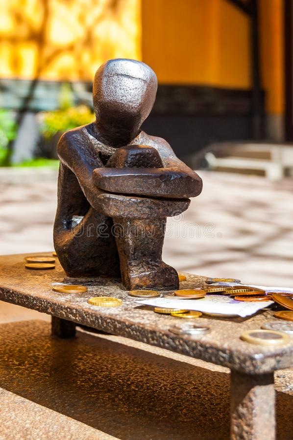 Jarnpojke ou garçon de fer connu sous le nom de petit garçon qui regarde la lune est une sculpture dans Gamla stan, vieille ville images stock